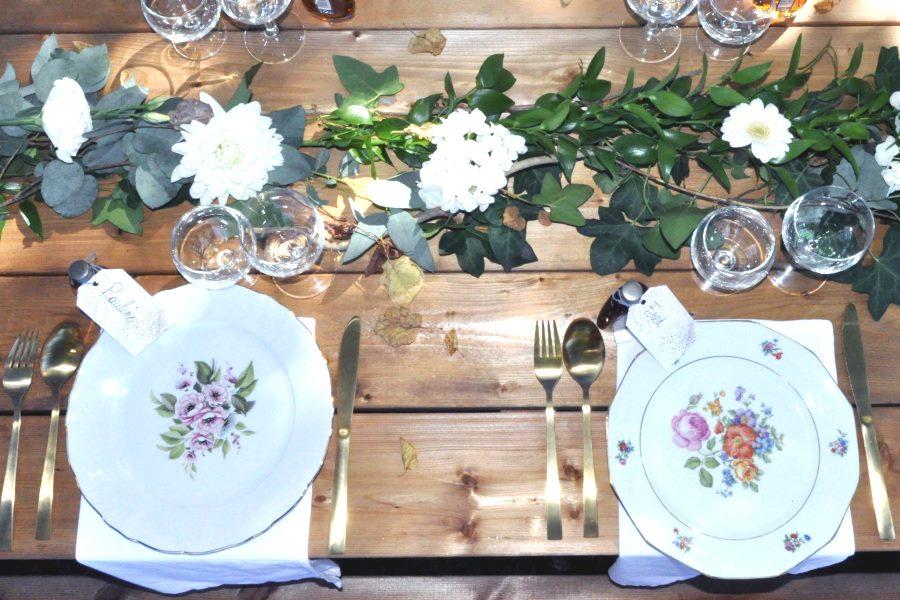 Table champêtre avec vaisselle vintage