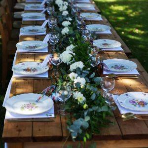 Mise en situation des tables bois et de la vaisselle vintage en esprit rétro-champêtre
