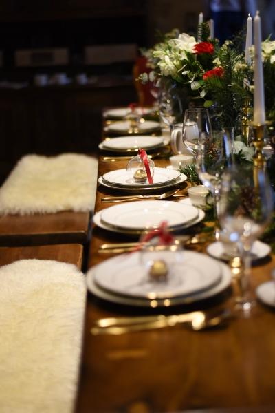 Enfilade d'assiettes et couverts dorés