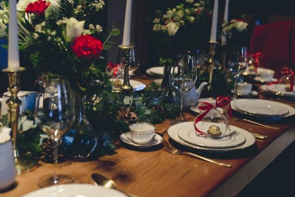 """Couverts dorés et assiettes """"Elisabeth"""" sur un mariage d'hiver"""