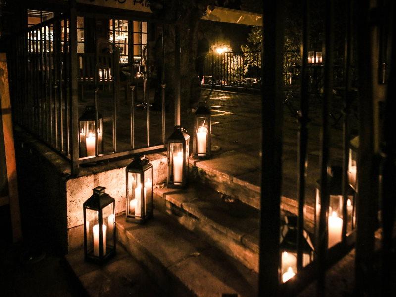 Escalier éclairé par des lanternes métaltal