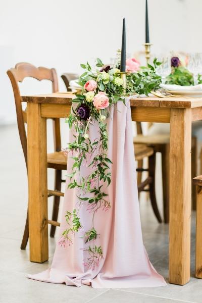 chemin de table en tissu et fleurs