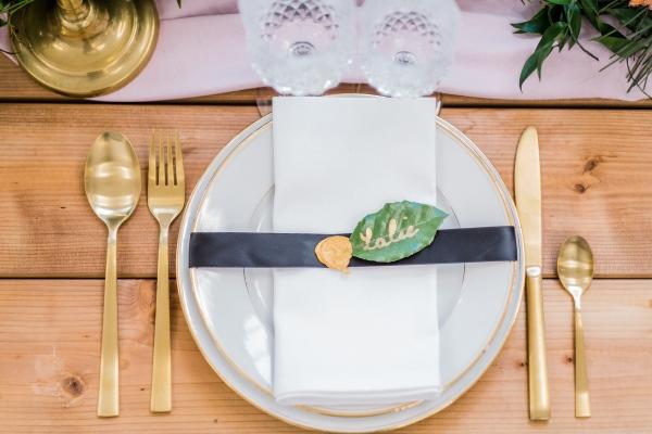 Couverts dorés sur table de mariage