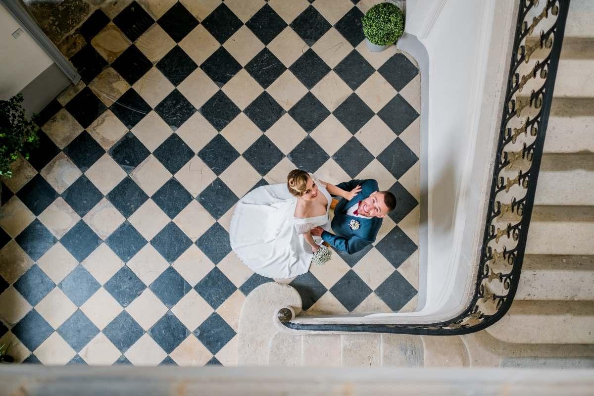 les mariés dans l'escalier