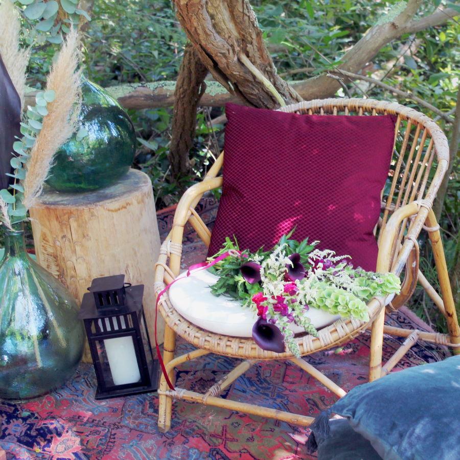 Bouquet Mariée Sur Fauteuil Coquille En Rotin