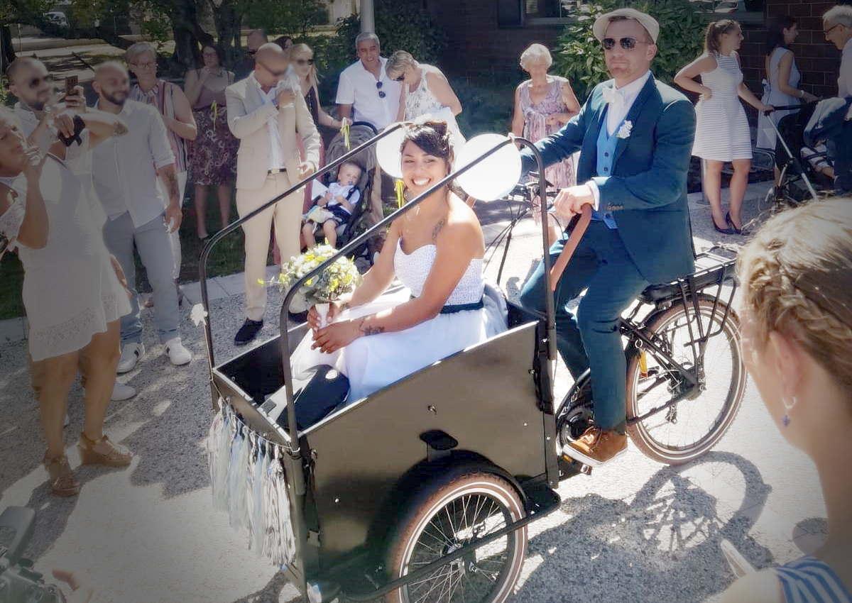 Mariage en Gironde: arrivée des mariés en triporteur