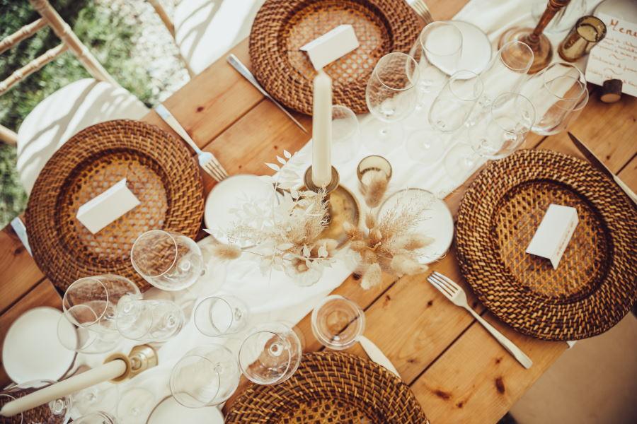 Chemin de table bois et blanc pour mariage nature