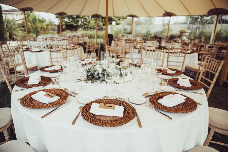 Table de mariage avec sous-assiettes rotin
