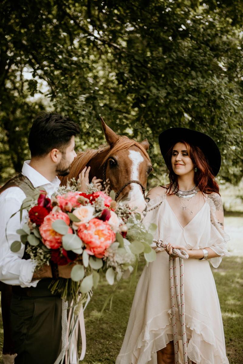 Mariage écoresponsable: les mariés à cheval - ©Emma Vinuesa Photographe