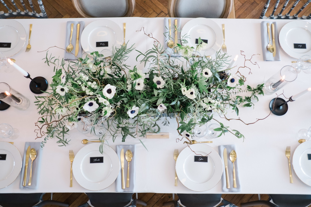 Centre de table avec pivoines et bougeoirs noirs