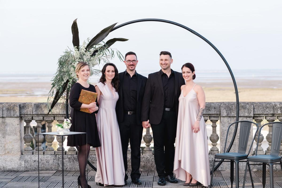 Décor de cérémonie de mariage avec une arche ronde